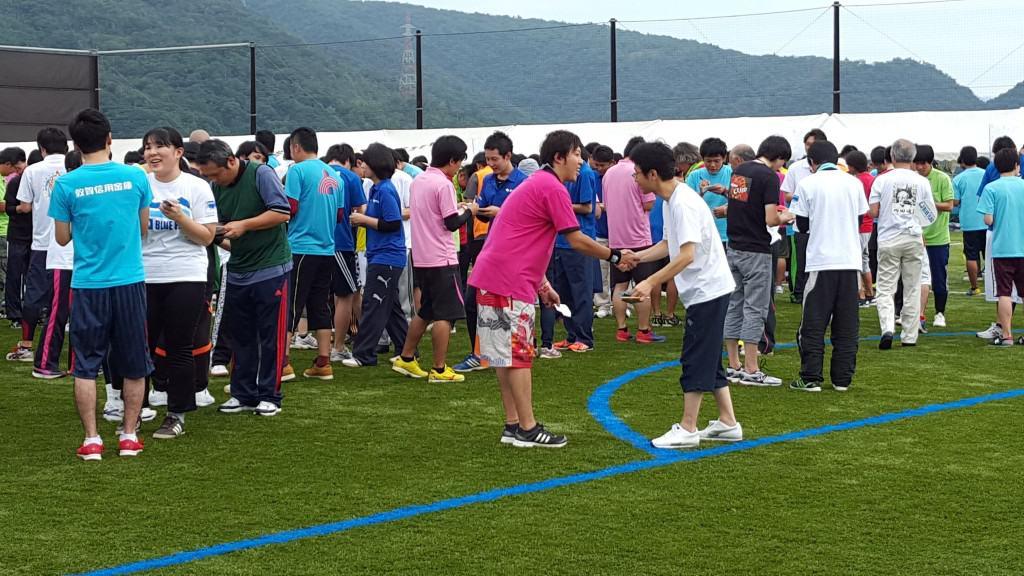 バブルサッカー運動会での名刺交換競争